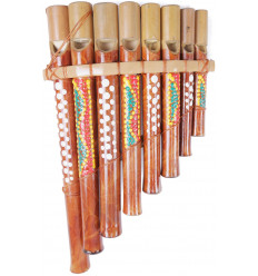 Flauto di pan in bambù dipinto e lavorato a mano. Strumento musicale etnico.